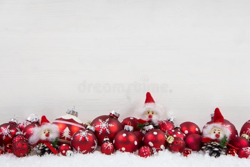 Rode en witte Kerstmisachtergrond van hout met ballen en kobold royalty-vrije stock fotografie