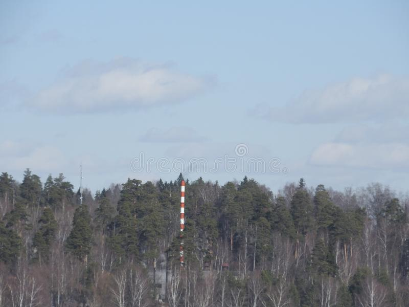 Rode en witte oude baksteen industriële pijp op blauwe hemelachtergrond Het oude beeld van het de Industrieconcept Ecologie, indu stock afbeelding