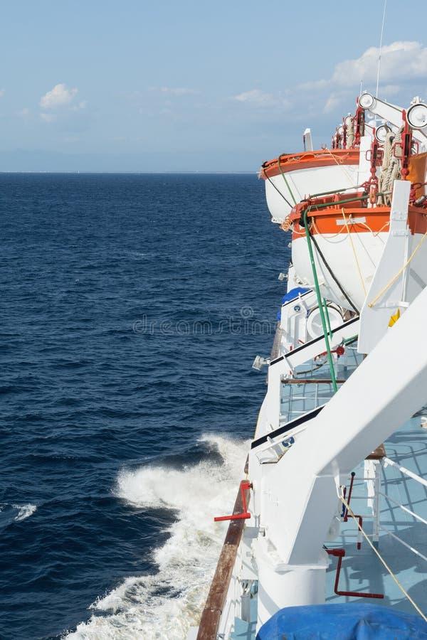 Rode en witte reddingsboten aan boord van het schip royalty-vrije stock foto's