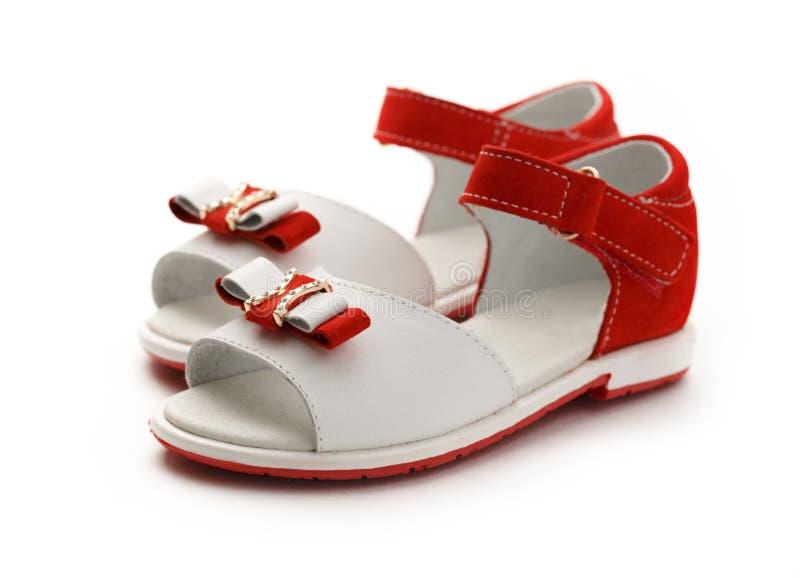 Rode en witte sandals van het meisje royalty-vrije stock fotografie