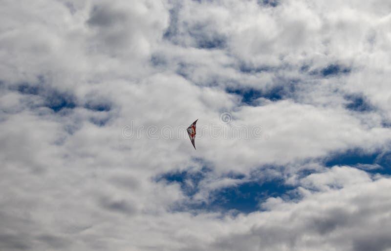 Rode en witte Vlieger die in blauwe hemel met bewolkt in Andora, Italië vliegen royalty-vrije stock foto's