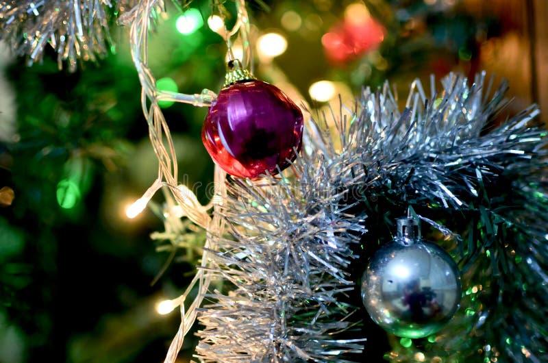 Rode en Zilveren Kerstmisballen op boom stock foto's