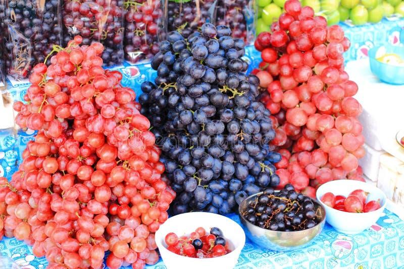 Rode en zwarte druif royalty-vrije stock afbeeldingen