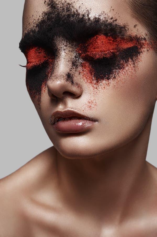 Rode en zwarte Poedermake-up op Gezicht van Model stock foto's