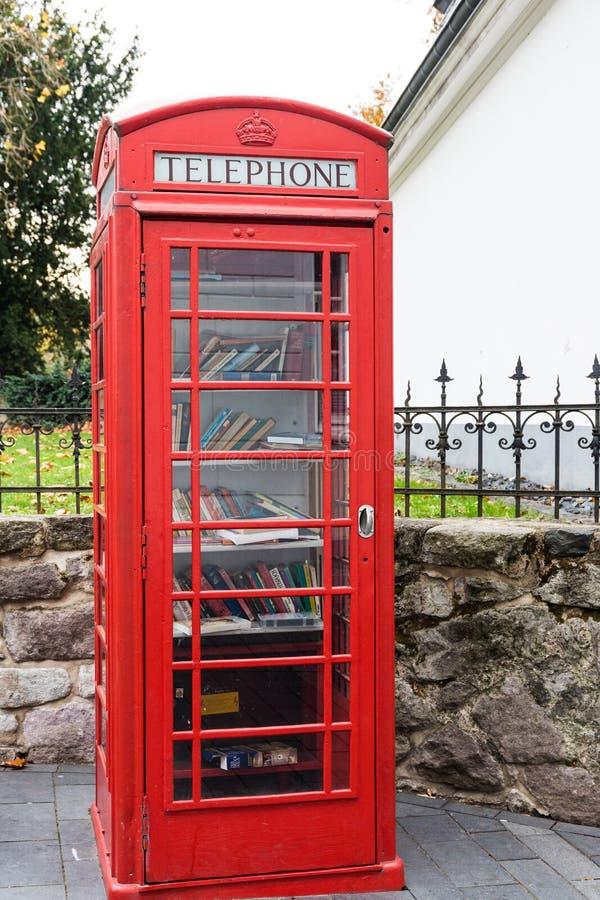 rode englischtelefooncel omgezet in een Bibliotheek royalty-vrije stock foto's