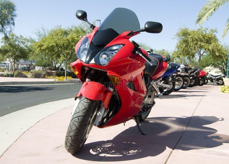 Rode fiets voor de opslag van de verkoopbuitenkant royalty-vrije stock foto's