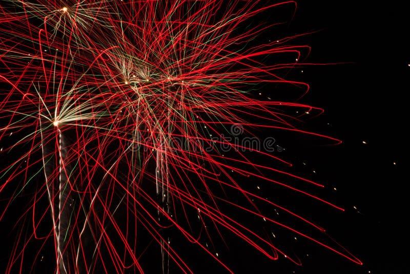 Rode Firebursts in de avond hemel stock afbeelding