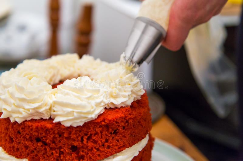 rode fluweelcake met slagroom stock foto