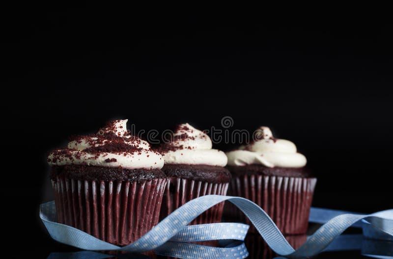 Rode Fluweelchocolade Cupcakes stock fotografie