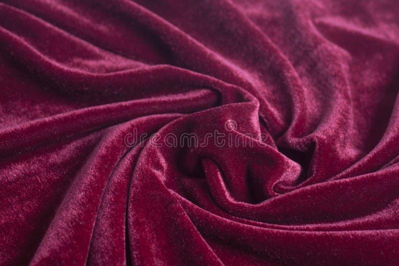 Rode fluweelstof met spiraalvormige vouwen royalty-vrije stock foto's