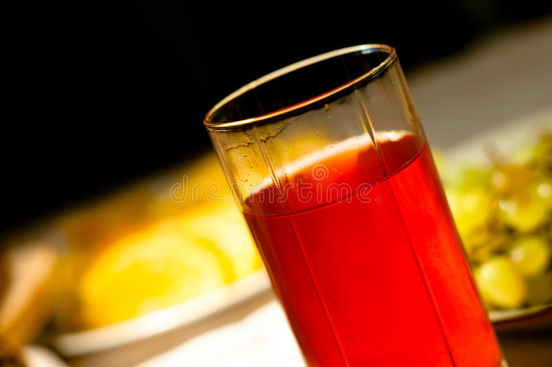 Rode fruitdrank in glas stock afbeelding