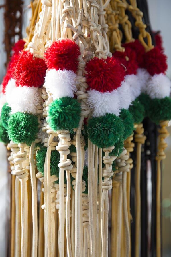 Rode gekleurd wit en groen ranselt bij de landbouwersmarkt voor verkoop royalty-vrije stock fotografie