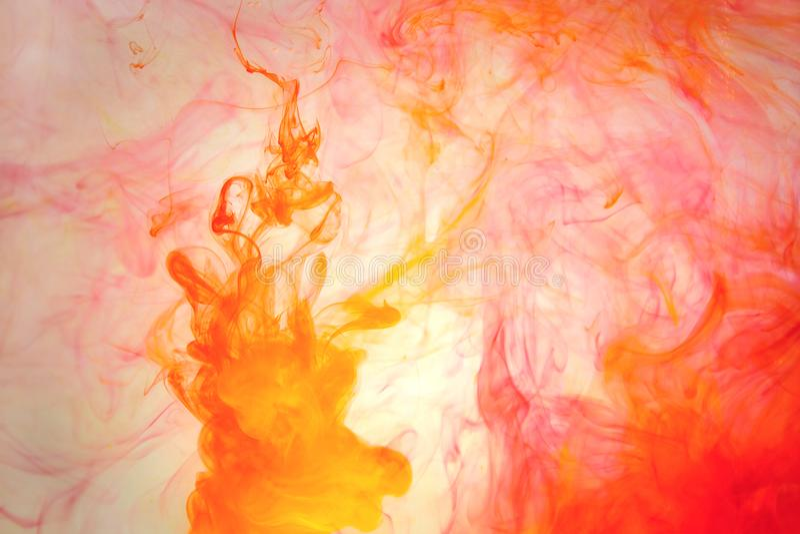 Rode gekleurde abstracte van de het waterverf van de dalingswolk acryl onder gele blauwgroene oranje kosmos als achtergrond zwart stock foto's