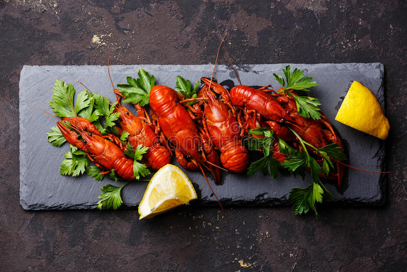 Rode gekookte rivierkreeften met citroen royalty-vrije stock fotografie