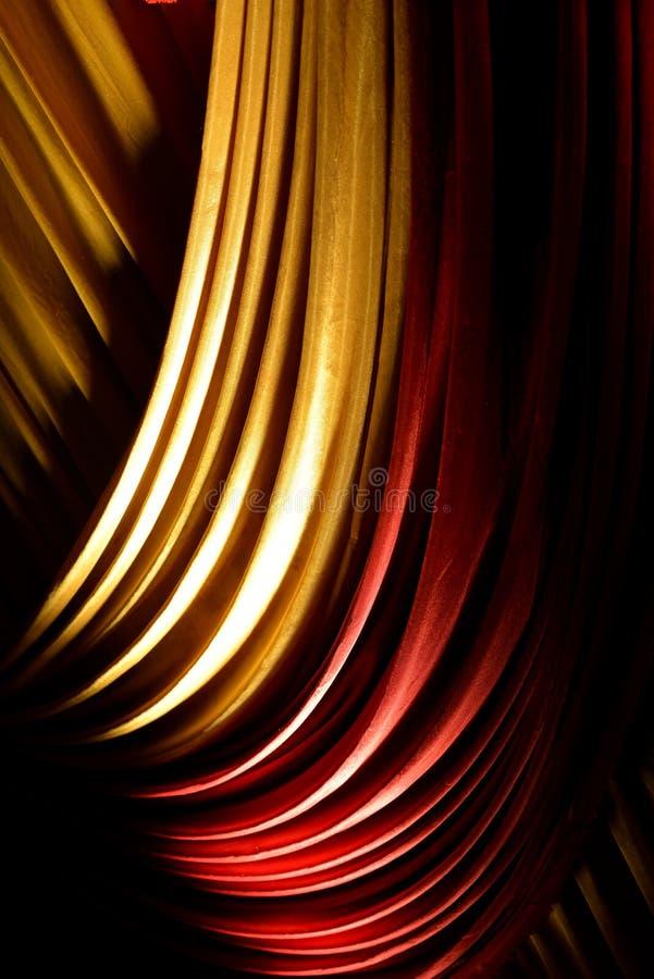 Rode & gele gordijn of gordijnen op een stadium stock fotografie