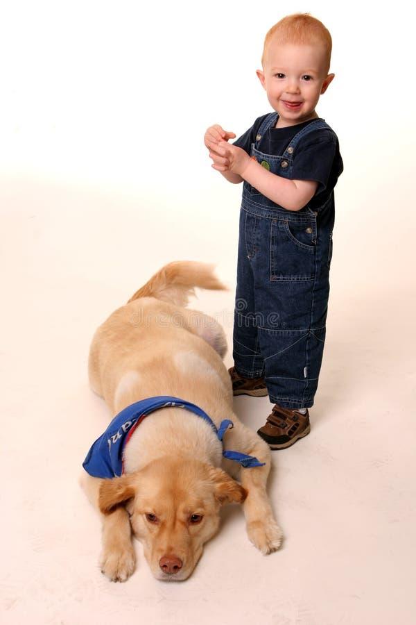 Rode geleide jongen met zijn hond royalty-vrije stock fotografie
