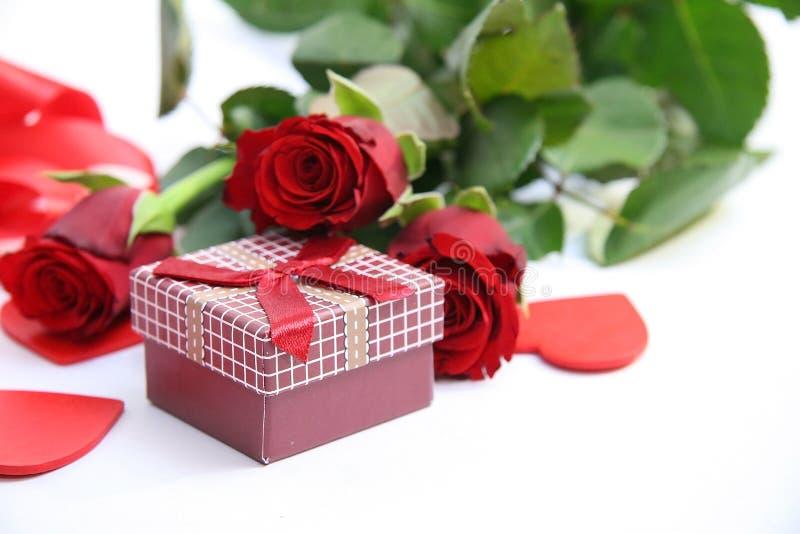 Rode giftdoos en rode rozen royalty-vrije stock afbeelding