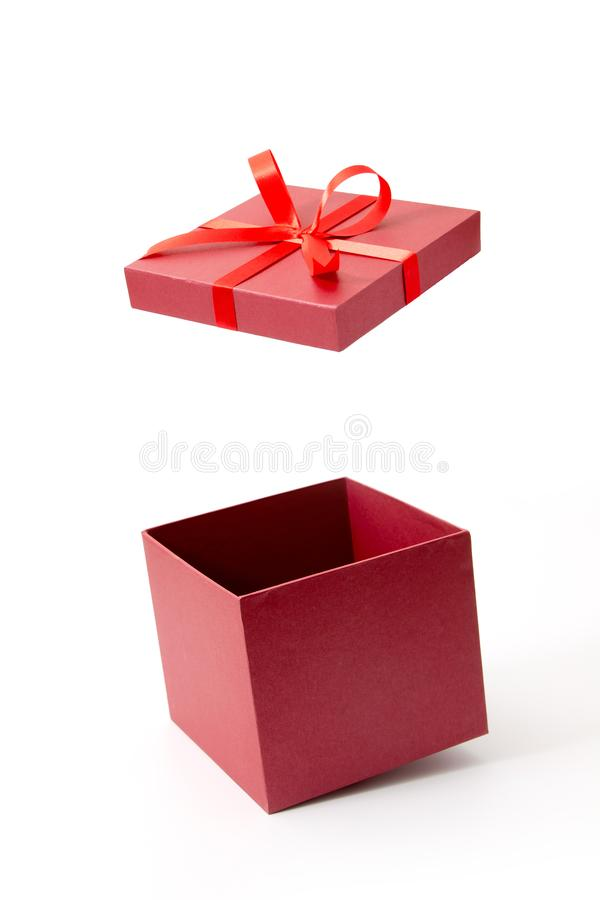 Rode giftdoos open met lint royalty-vrije stock afbeeldingen