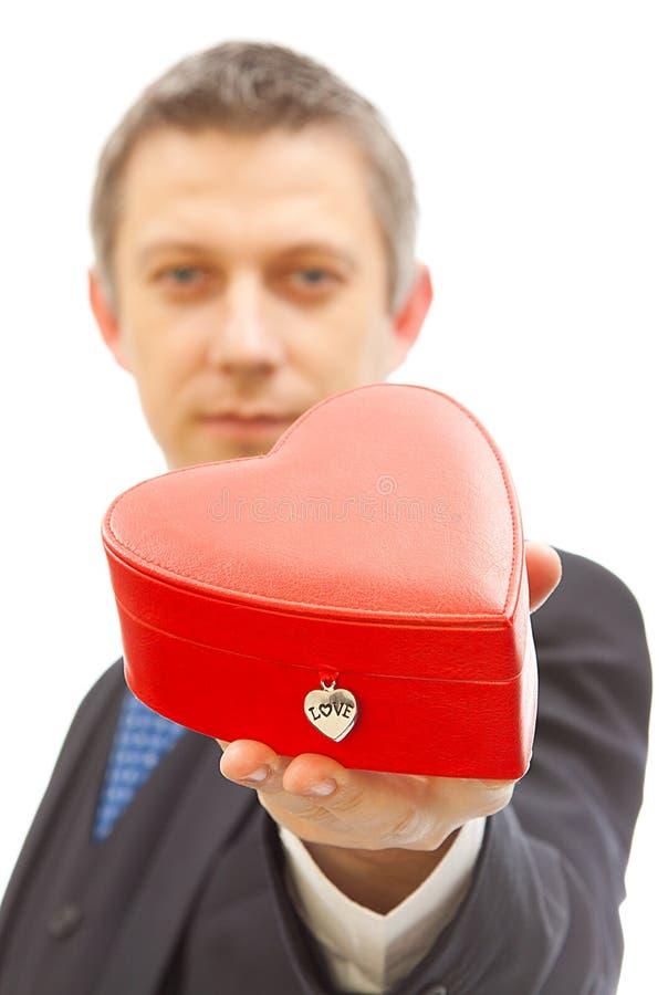Rode giftdoos voor valentijnskaart stock afbeeldingen