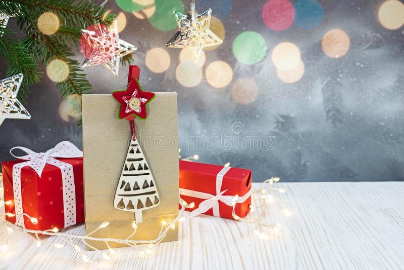 Rode giftvakjes, document giftzak, groene sparrentak op christm royalty-vrije stock fotografie