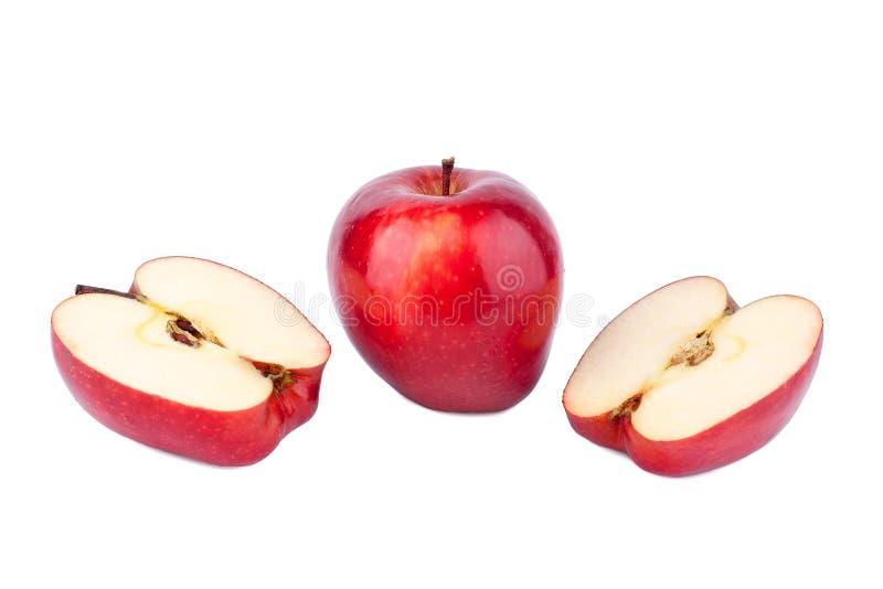 Rode glanzende appelen gehele appel en besnoeiing in de helften op witte achtergrond stock fotografie