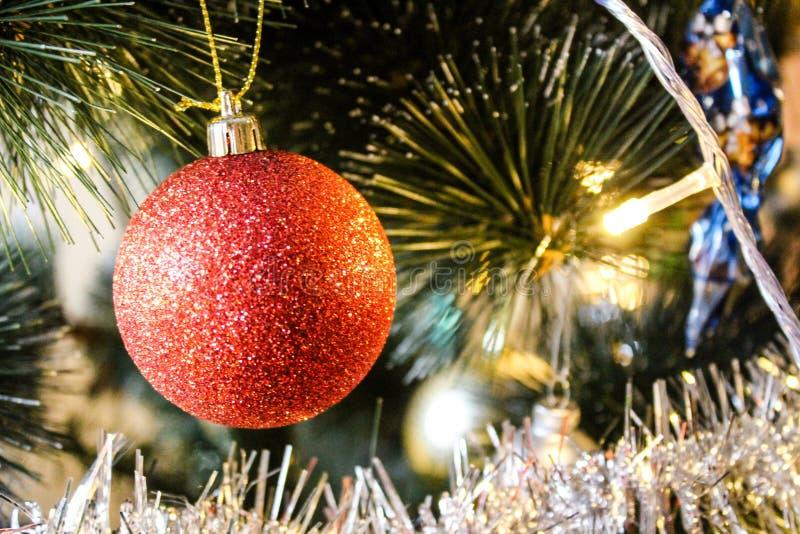 Rode glanzende Kerstmisbal stock fotografie