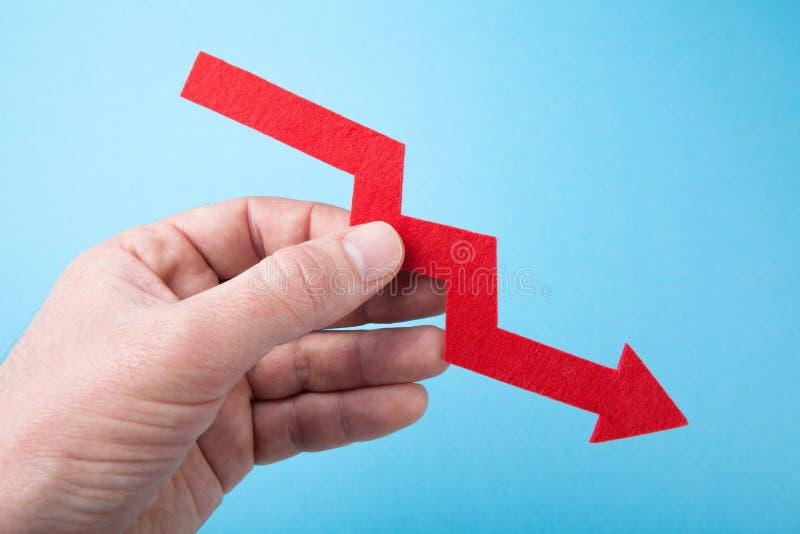 Rode grafiek in de herfst, economie die, concept dalen stock foto's