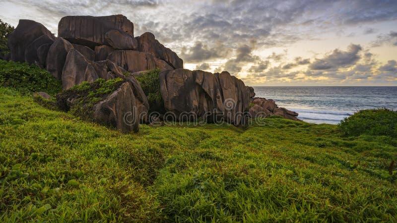 Rode granietrotsen in de zonsopgang op Seychellen 1 royalty-vrije stock afbeelding