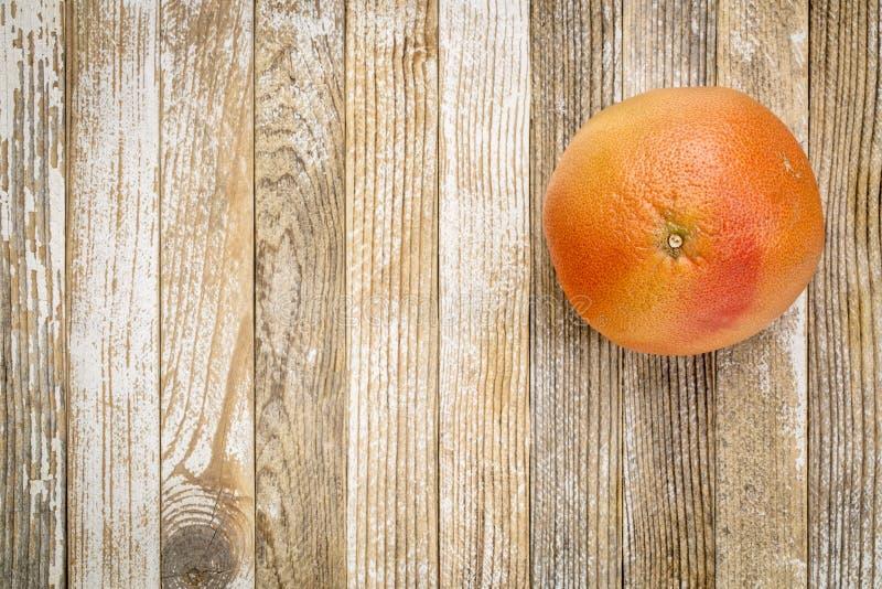 Rode grapefruit op grungehout royalty-vrije stock foto