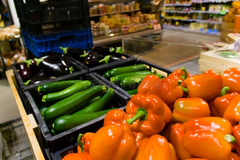 Rode groene paprikacourgette en aubergine bij de supermarkt stock afbeelding