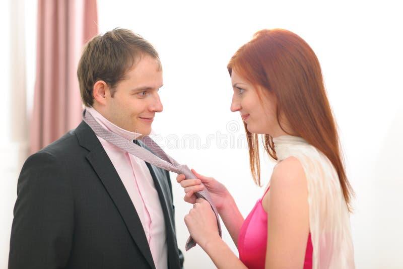 Rode haar jonge vrouw die bandstropdas helpt royalty-vrije stock afbeeldingen