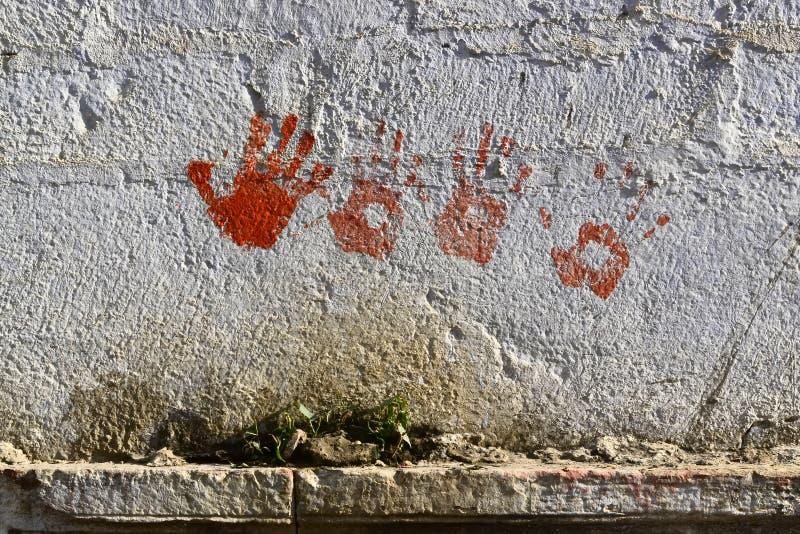 Rode handprints op de muur royalty-vrije stock foto's