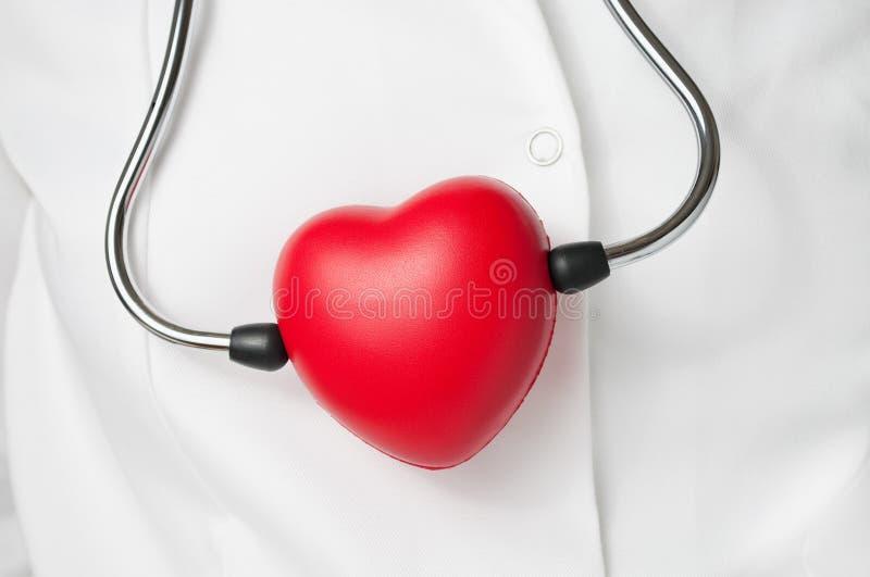 Rode hart en stethoscoop stock foto