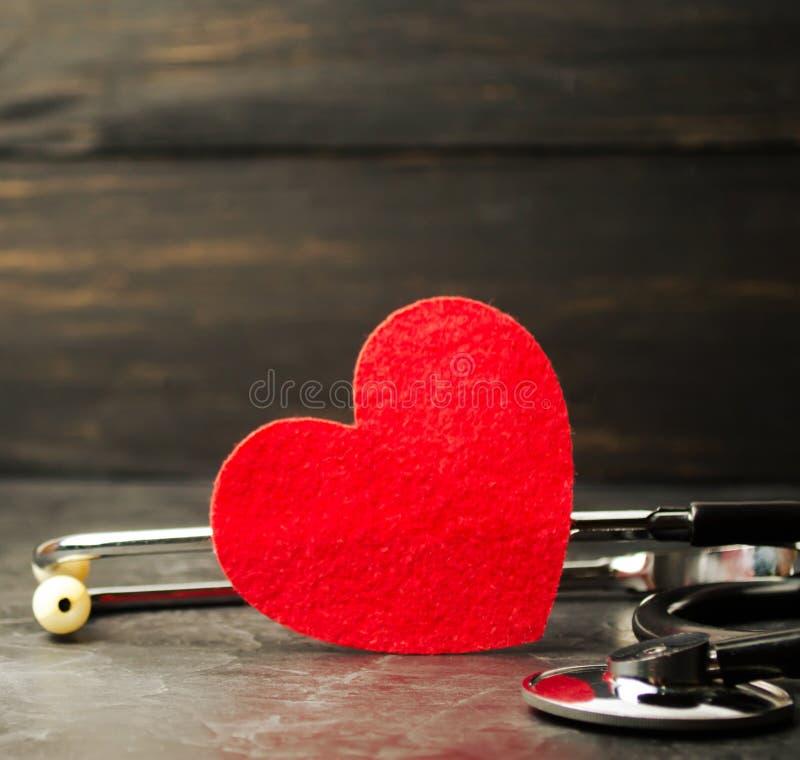 Rode hart en stethoscoop Het concept geneeskunde en ziektekostenverzekering, familie, het leven ziekenwagen Cardiologiegezondheid stock afbeeldingen