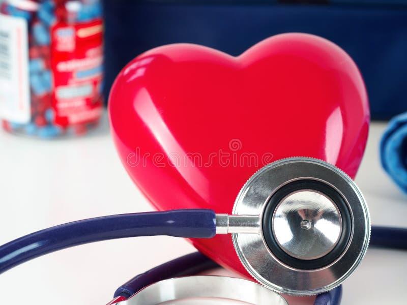 Rode hart en stethoscoop op artsenlijst stock afbeelding