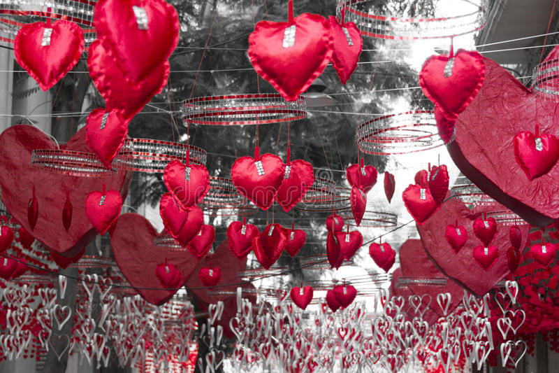 Rode harten die en zich in Gracia-district, Barcelona hangen bewegen royalty-vrije stock fotografie