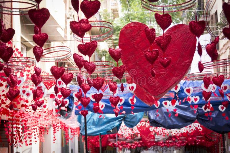 Rode harten die en zich in Gracia-district, Barcelona hangen bewegen royalty-vrije stock foto