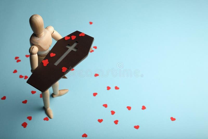 Rode harten op doodskist, begrafenis Verlies van dicht en pijn stock foto