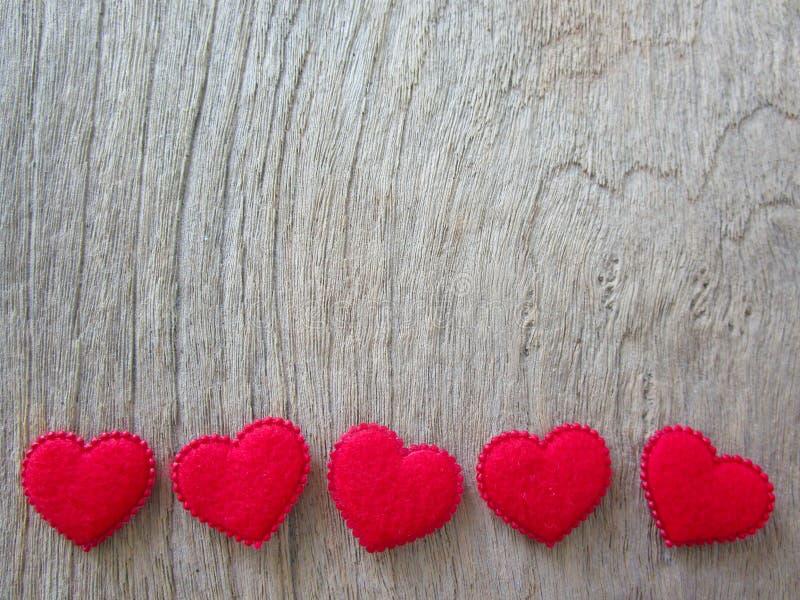 Rode harten op hout stock foto