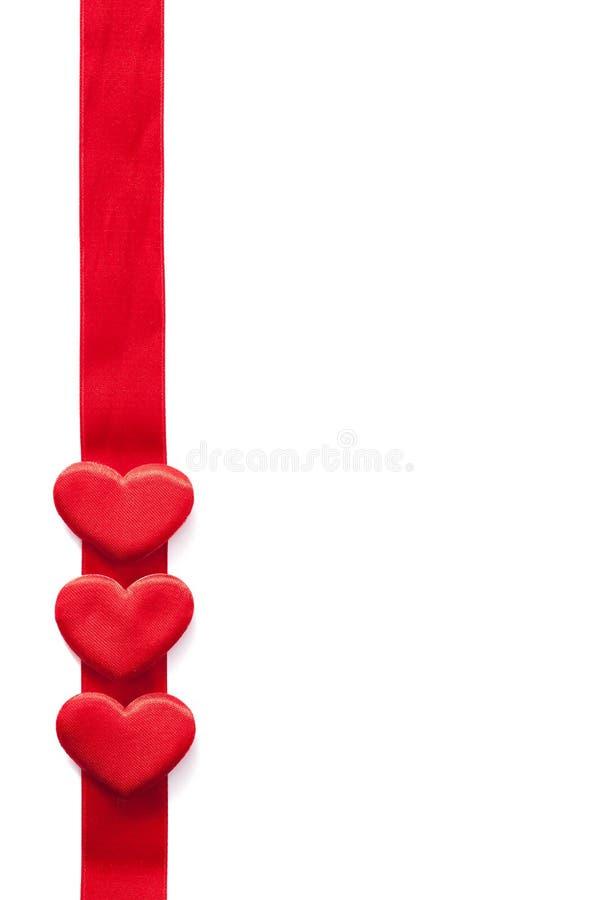 Rode harten over de achtergrond van het lintkader voor geïsoleerde Valentijnskaarten royalty-vrije stock afbeeldingen
