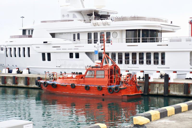Rode havenboot in parkeren stock fotografie