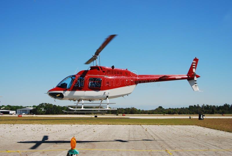 Rode helikopter boven grond royalty-vrije stock afbeeldingen