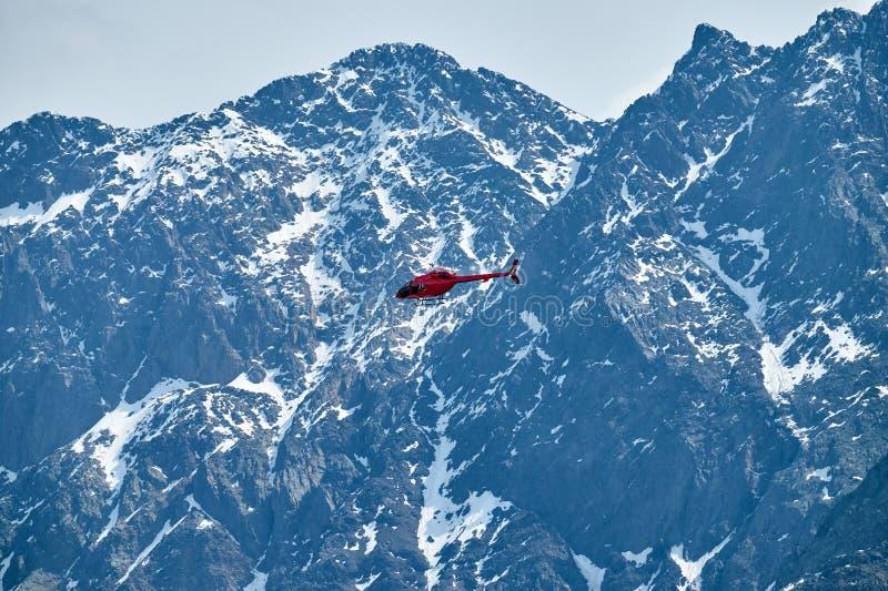 Rode helikopter in de hemel over de Bergen van de Kaukasus, een mooi berglandschap royalty-vrije stock fotografie