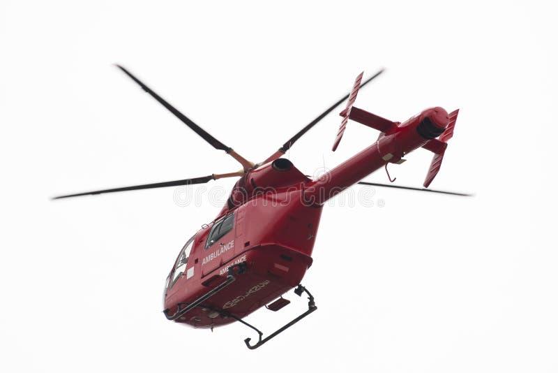 Rode helikopter die op wit wordt geïsoleerda stock foto