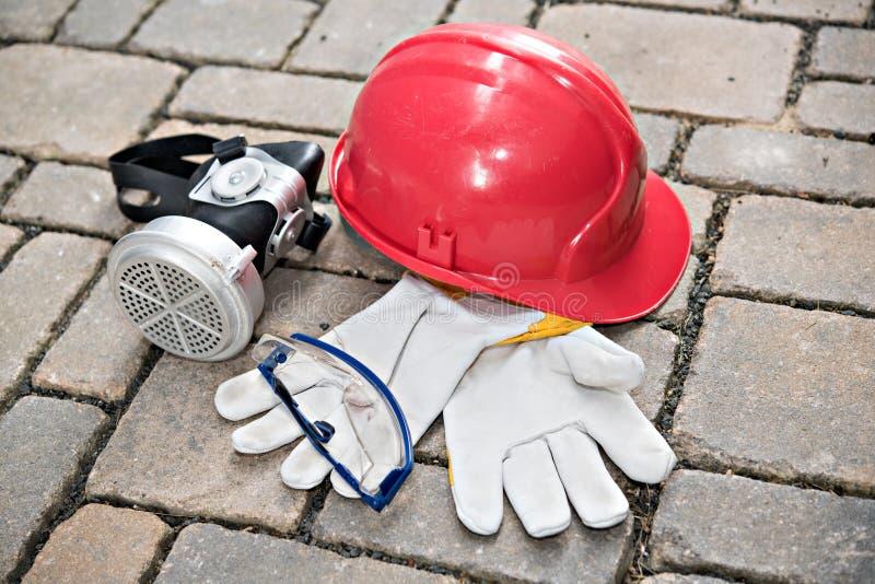 Rode helm, ademhalingsmasker, beschermende brillen en het werkhandschoen stock foto's