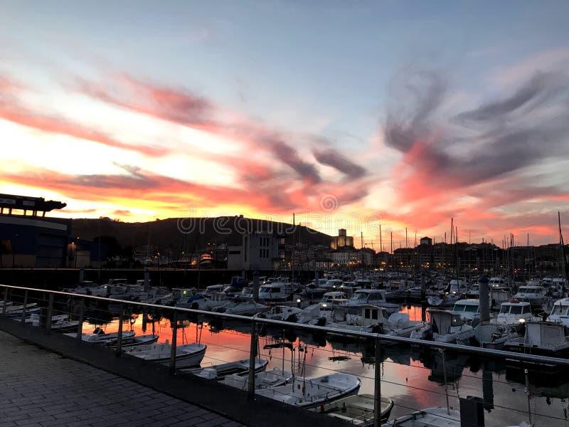 Rode hemel achter de haven royalty-vrije stock foto's