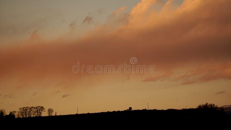 Rode hemel op de bergrichel royalty-vrije stock afbeelding