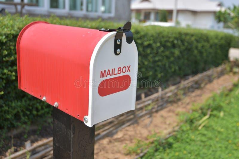 Rode het Metaalbrievenbus van het huisbureau in tuin royalty-vrije stock foto's