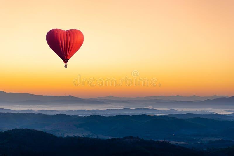 Rode hete luchtballon in de vorm van een hartvliegende luchtballon royalty-vrije stock afbeeldingen