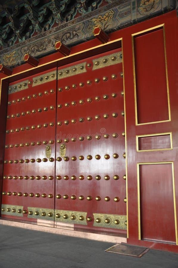 Rode Houten Deurornamenten van het Keizerpaleis van de verboden Stad in Peking royalty-vrije stock fotografie